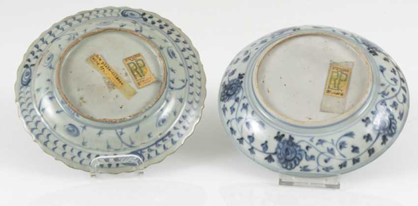 Two small porcelain plate with a blue-and-white décor, a Blütemform - photo 2