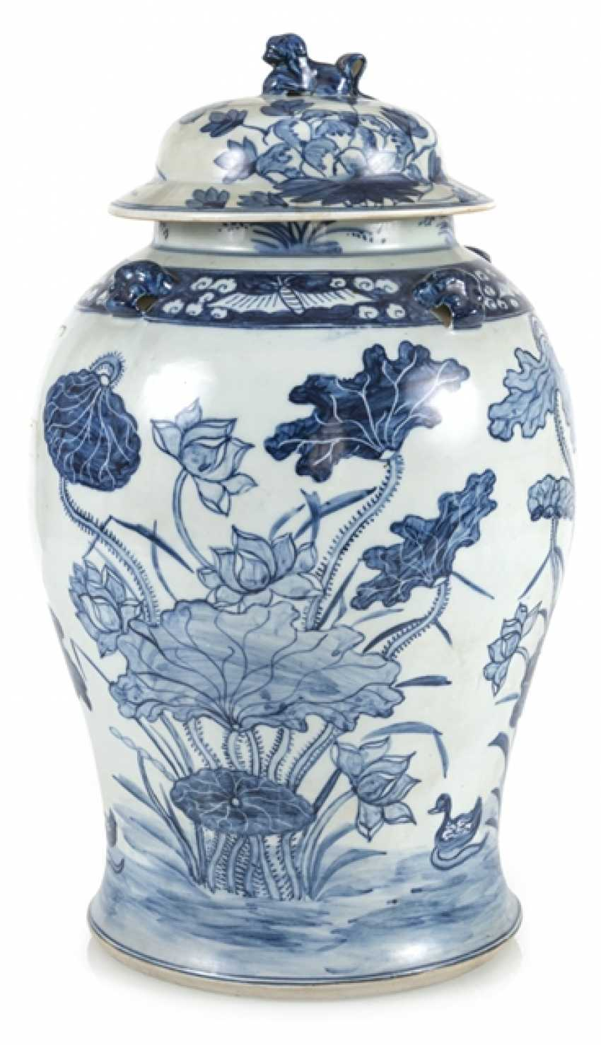Lid vase of porcelain with floral decor - photo 1