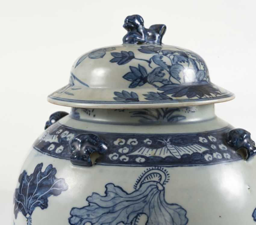 Lid vase of porcelain with floral decor - photo 2