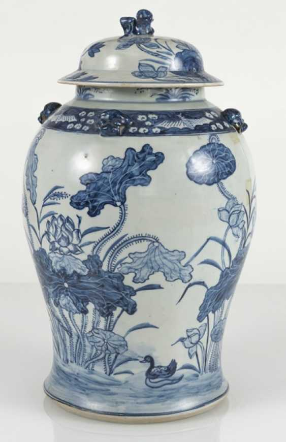 Lid vase of porcelain with floral decor - photo 3