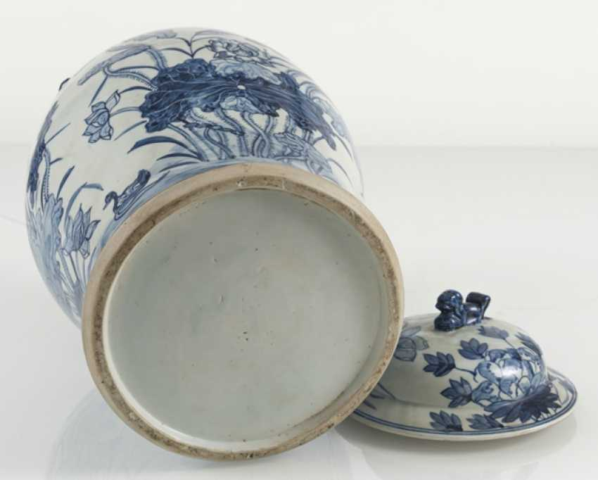 Lid vase of porcelain with floral decor - photo 4