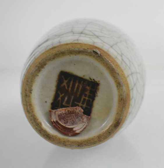 Porcelain vase with hairline glaze - photo 2