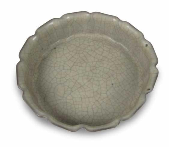 Flower-shaped brush washer with craquelierter glaze - photo 1