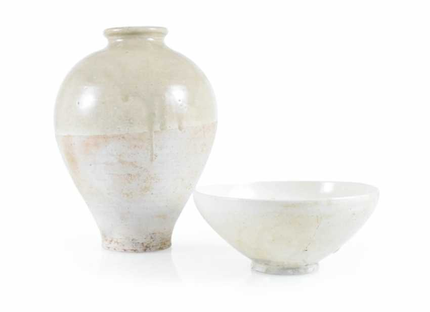 Light gray and cream-colored glazed bowl and Vase - photo 1