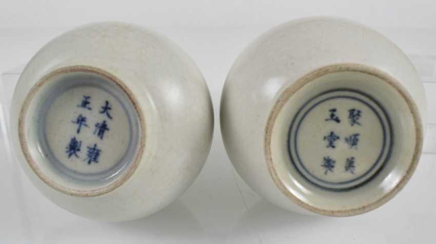 Two white-glazed vases and a black glazed brush washer porcelain - photo 4