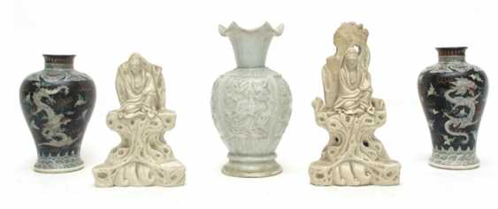 Three vases and two Blanc de Chine figures of Guanyin - photo 1