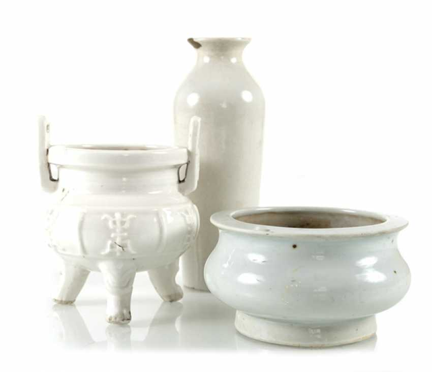Dehua Vase and two incense burners, one with Shou character in Relief - photo 1