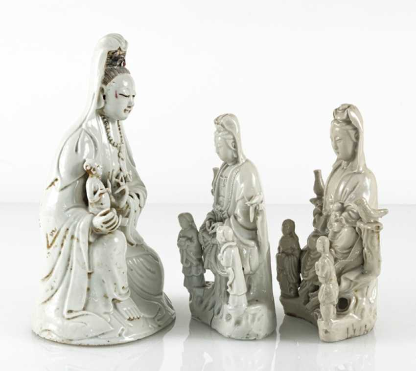 Three Dehua figures of Guanyin with boys and Adorants - photo 3