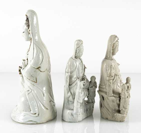 Three Dehua figures of Guanyin with boys and Adorants - photo 4