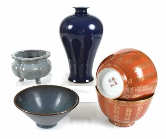 Group of porcelain, including a Meiping, a brush washer, and three shells - photo 1