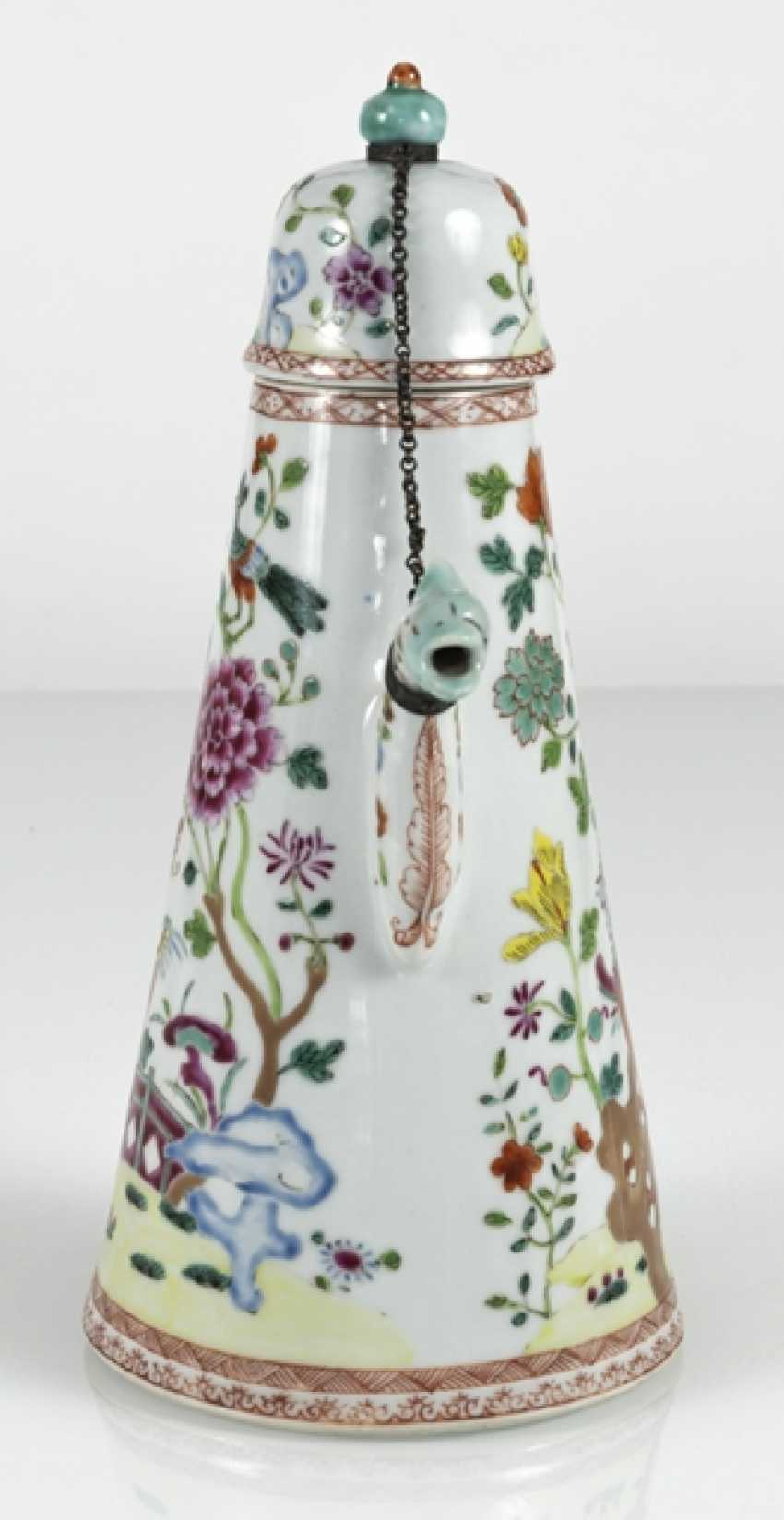 Cone-shaped porcelain teapot with floral decor in the colors of the Famille rose - photo 3