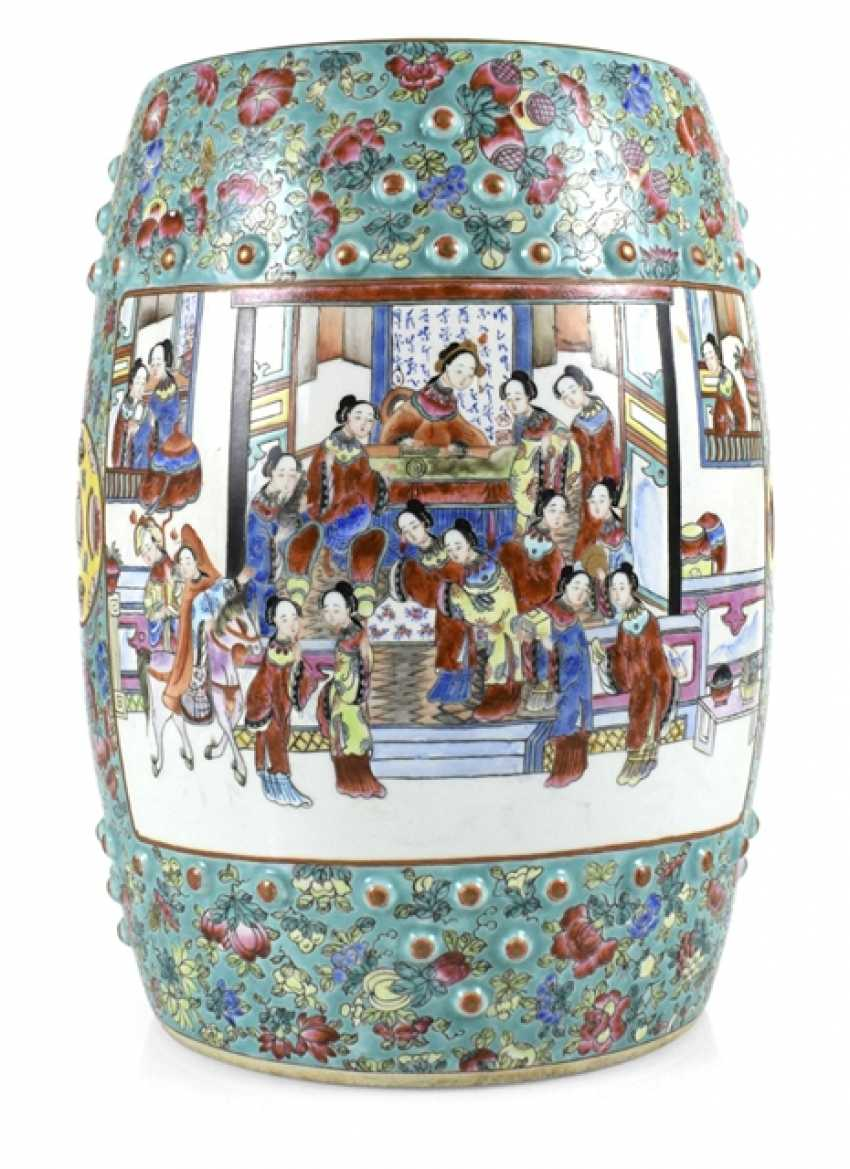 Drum-shaped stool, made of porcelain with Famille rose figure decoration - photo 1