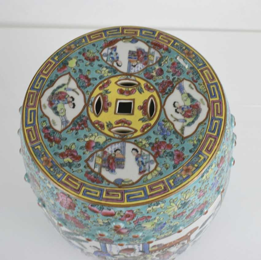 Drum-shaped stool, made of porcelain with Famille rose figure decoration - photo 2