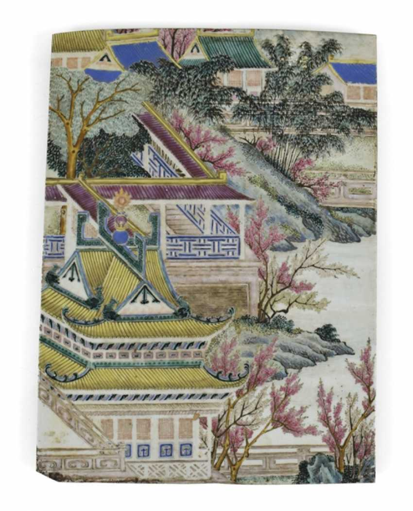Porcelain plate with architecture, in the colors of the Famille rose - photo 1