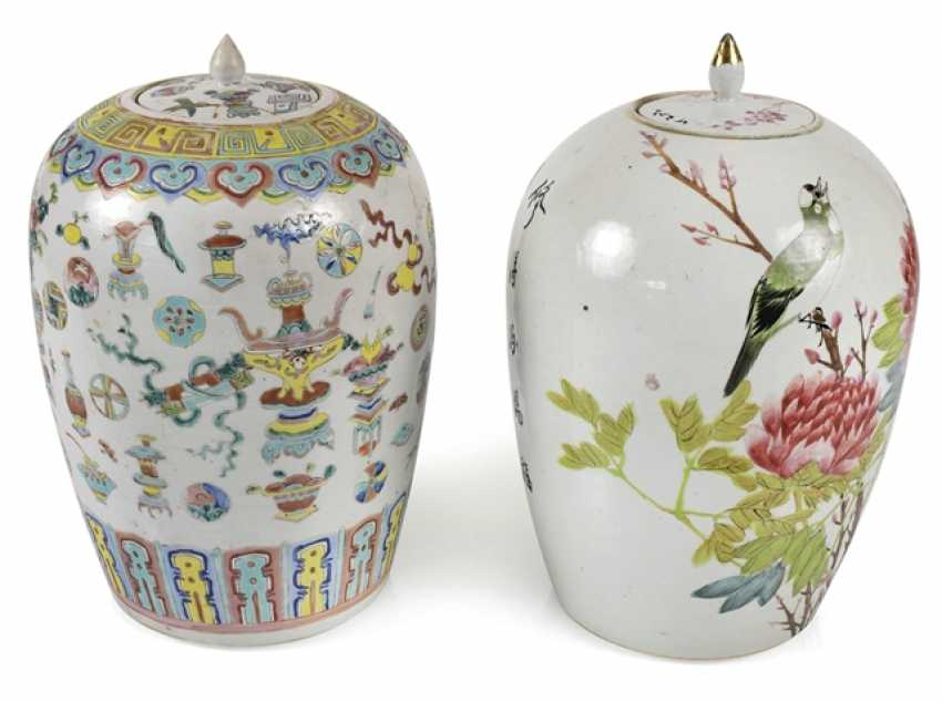 Two lidded vases with Famille rose decor of Antiques, flowers and birds - photo 1