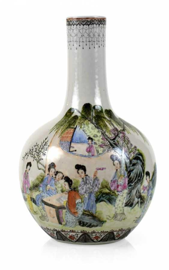 Bottle vase with figural 'Famille rose'-Dekor - photo 1