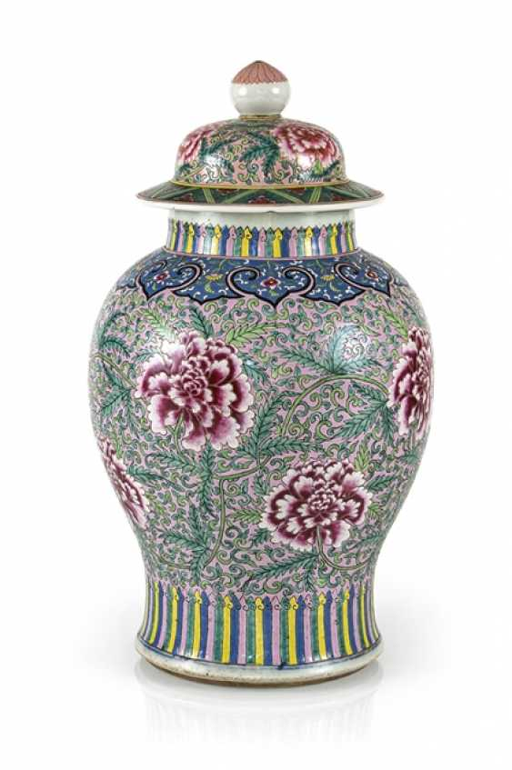Lidded vase with floral tendril décor in the colours of the 'Famille rose' - photo 1
