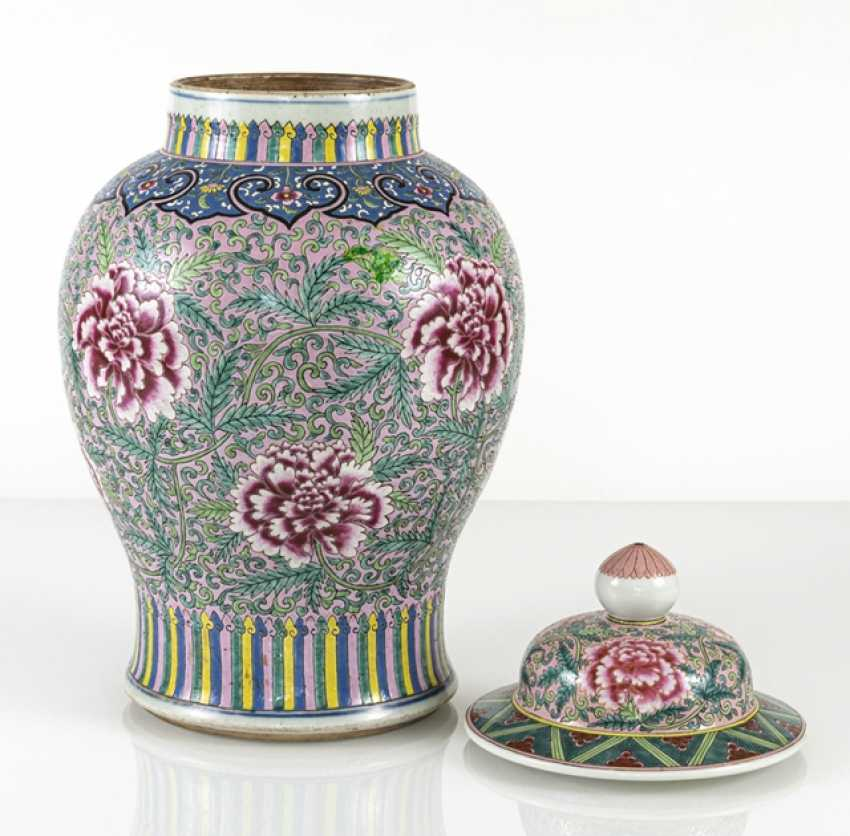 Lidded vase with floral tendril décor in the colours of the 'Famille rose' - photo 2