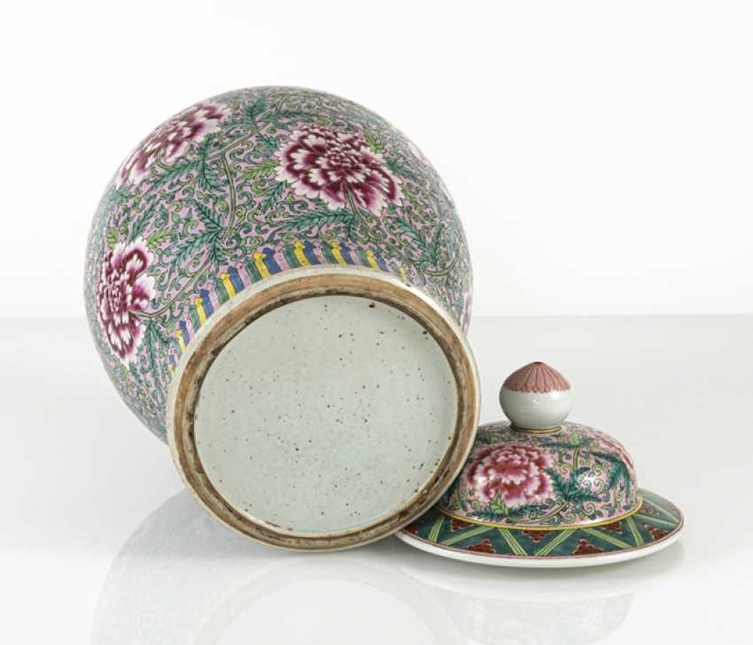 Lidded vase with floral tendril décor in the colours of the 'Famille rose' - photo 3