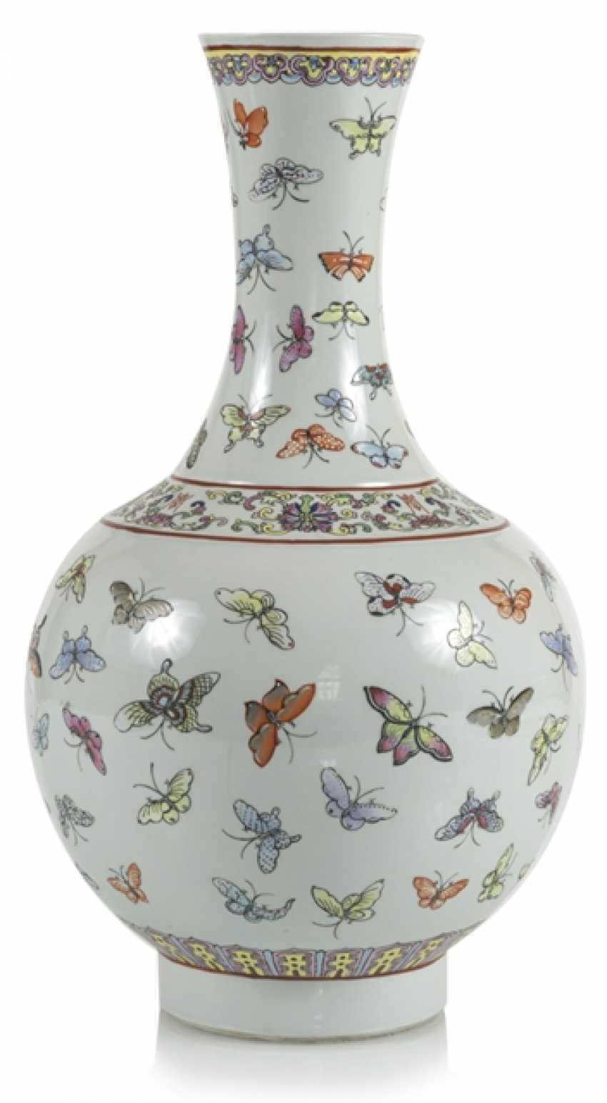 Bottle vase with butterfly decor in the colors of the Famille rose - photo 1