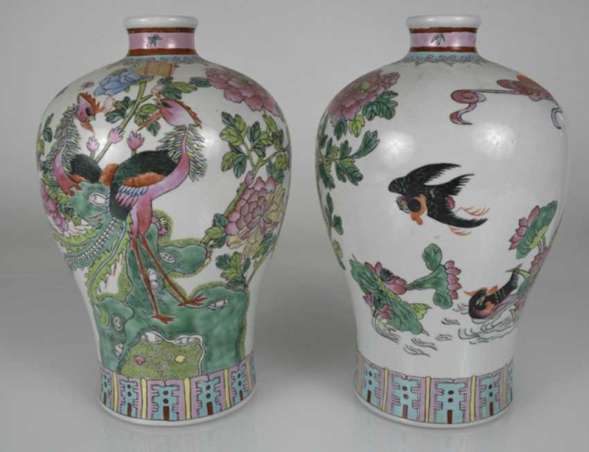 Pair of vases in porcelain with Phoenix and bird décor in the colours of the 'Famille rose' - photo 2