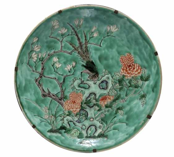 Large round plate with rocks and flowers decor in the colours of the 'Famille verte' - photo 1