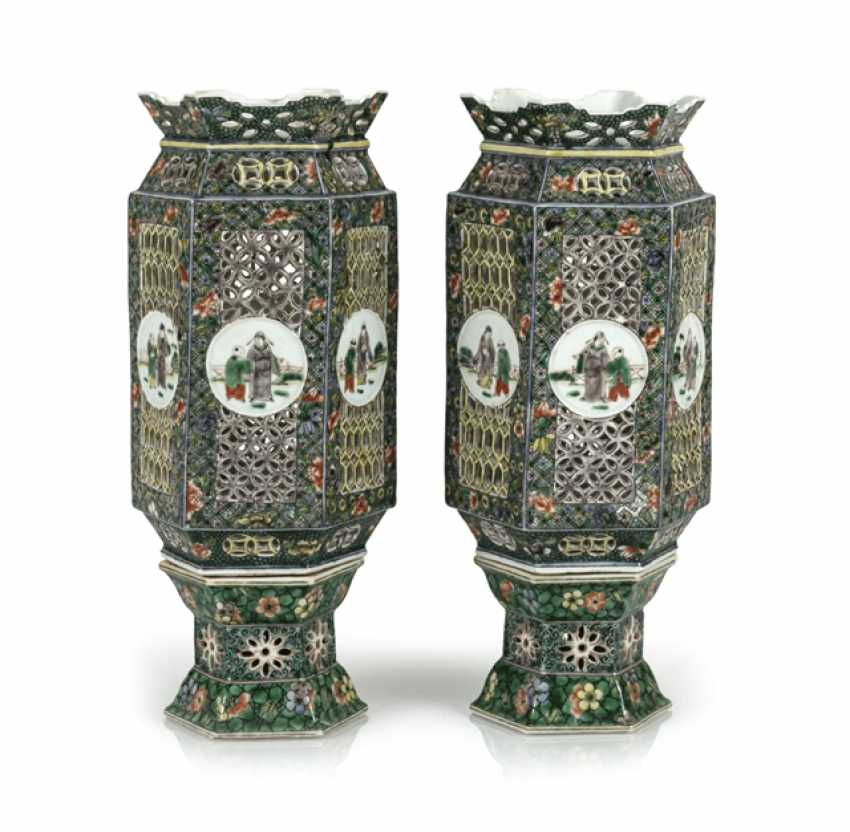 Pair of lanterns made of porcelain with decor in the colors of the Famille verte - photo 1