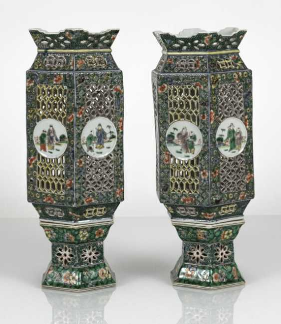 Pair of lanterns made of porcelain with decor in the colors of the Famille verte - photo 2