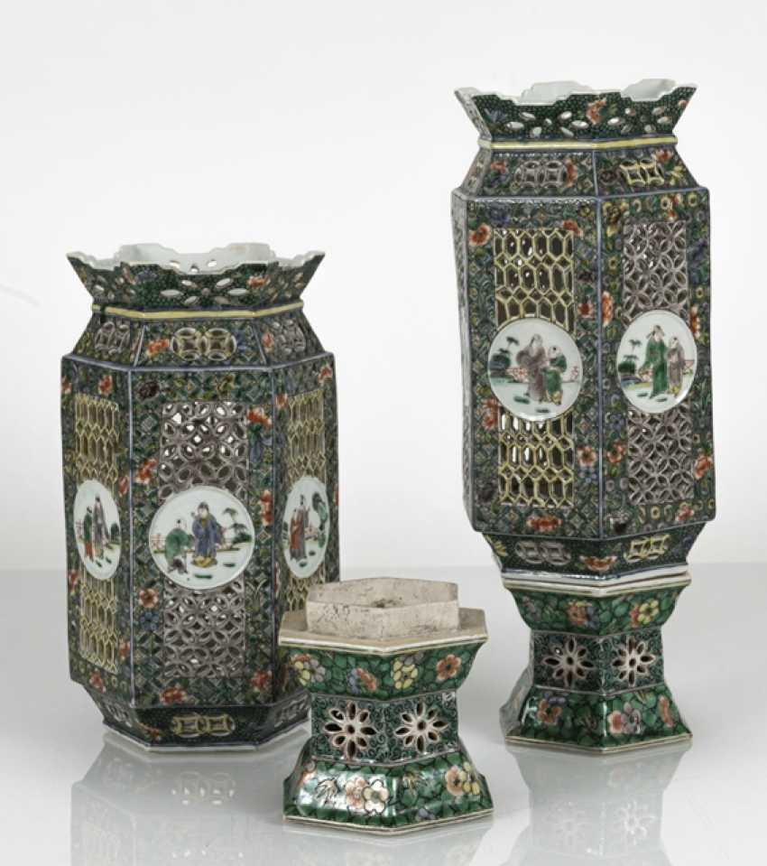 Pair of lanterns made of porcelain with decor in the colors of the Famille verte - photo 3