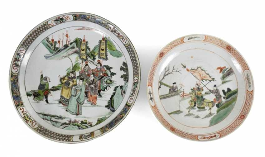 Two porcelain plates with paintings of Roman scenes in the colors of the Famille verte and rose - photo 1