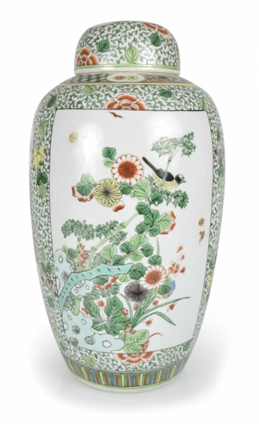 Lidded vase with floral decor in the colours of the 'Famille verte' - photo 1