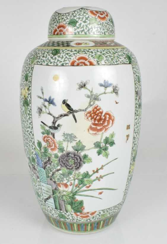 Lidded vase with floral decor in the colours of the 'Famille verte' - photo 2