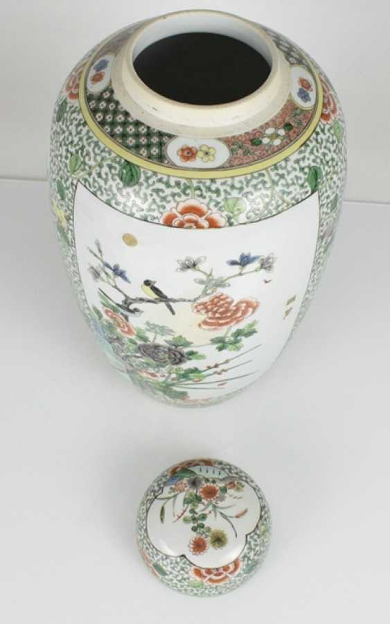 Lidded vase with floral decor in the colours of the 'Famille verte' - photo 3
