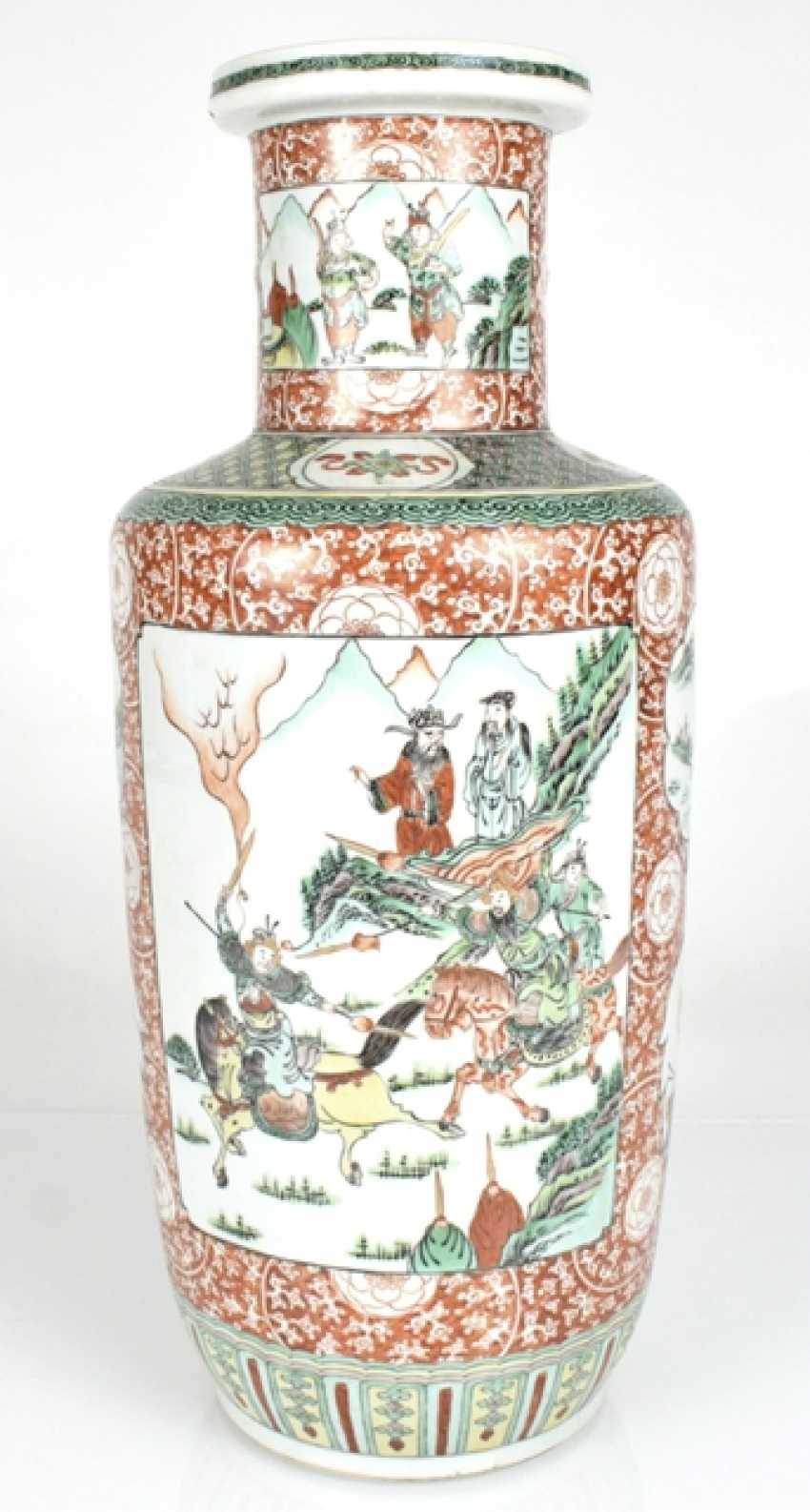 Rouleau Vase with decor of two novel scenes in the colours of the 'Famille verte' - photo 2