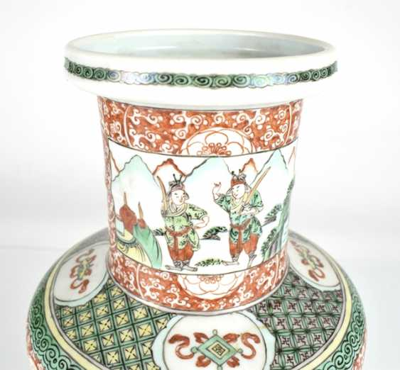 Rouleau Vase with decor of two novel scenes in the colours of the 'Famille verte' - photo 3