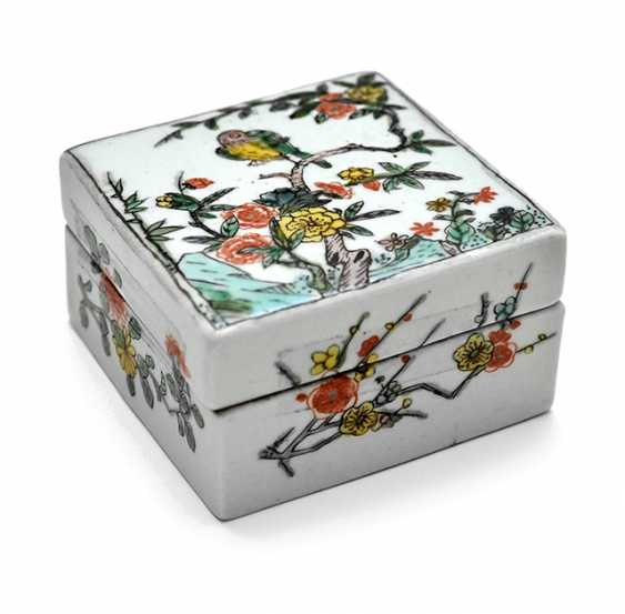 Square lidded box made of porcelain with a 'Famille verte'flower and bird decor - photo 1