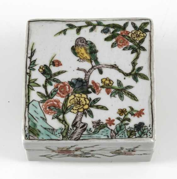 Square lidded box made of porcelain with a 'Famille verte'flower and bird decor - photo 2