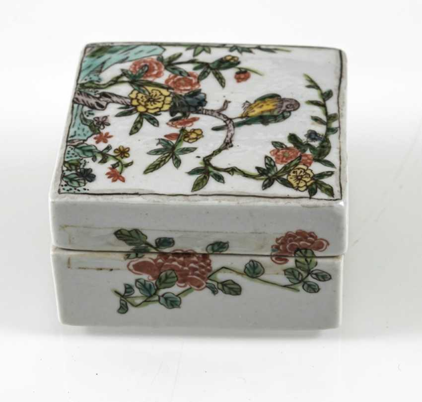 Square lidded box made of porcelain with a 'Famille verte'flower and bird decor - photo 3