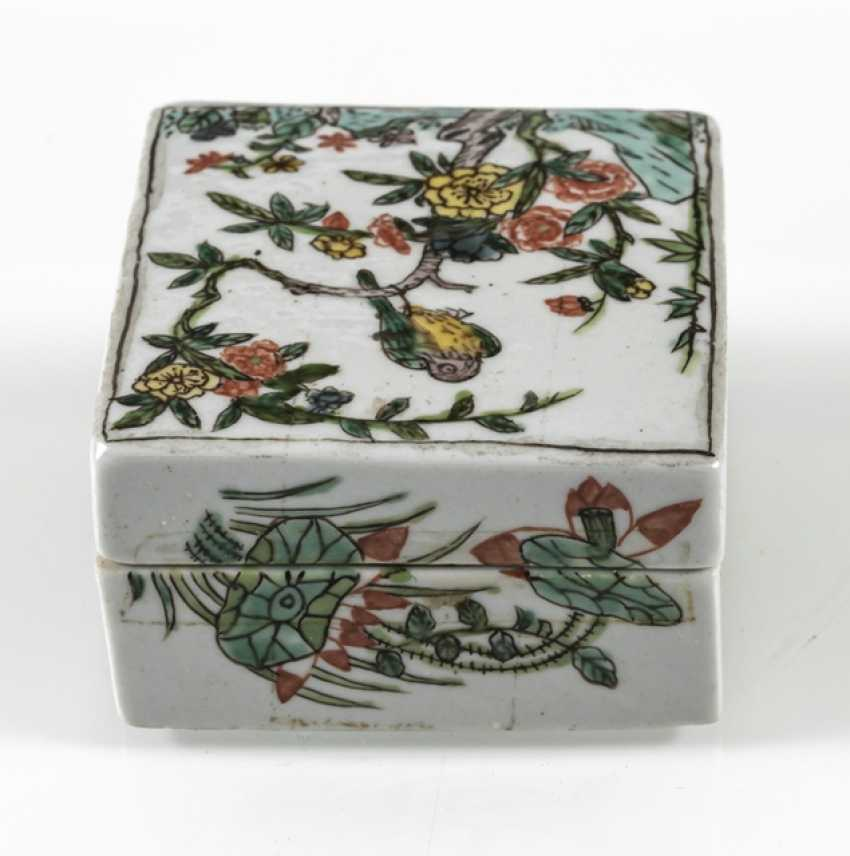 Square lidded box made of porcelain with a 'Famille verte'flower and bird decor - photo 4