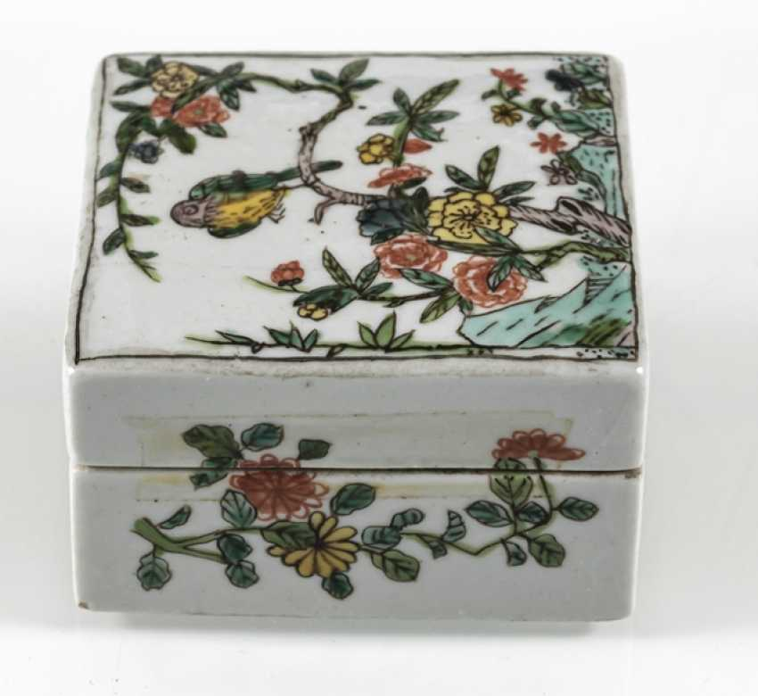 Square lidded box made of porcelain with a 'Famille verte'flower and bird decor - photo 5