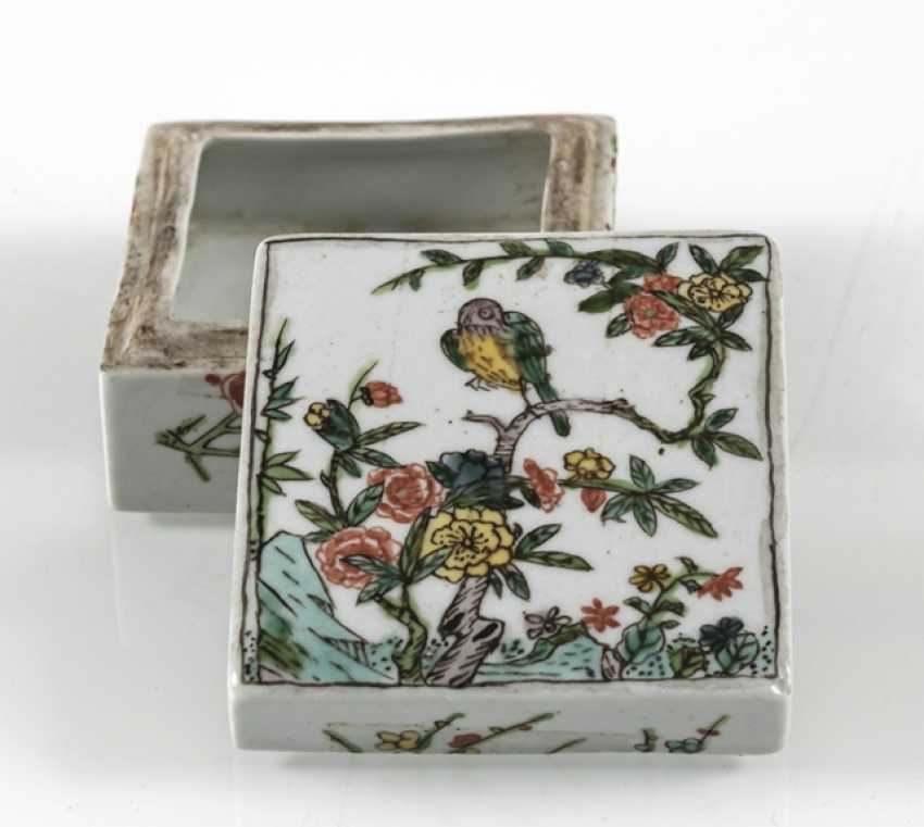 Square lidded box made of porcelain with a 'Famille verte'flower and bird decor - photo 6