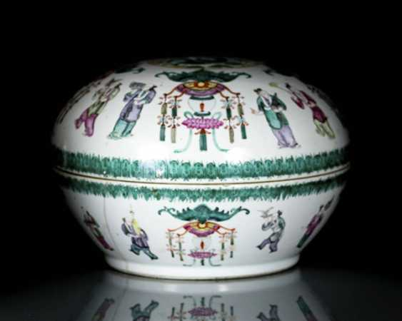 Lid box made of porcelain with dragon and bat decoration in the colours of the 'Famille rose' - photo 1