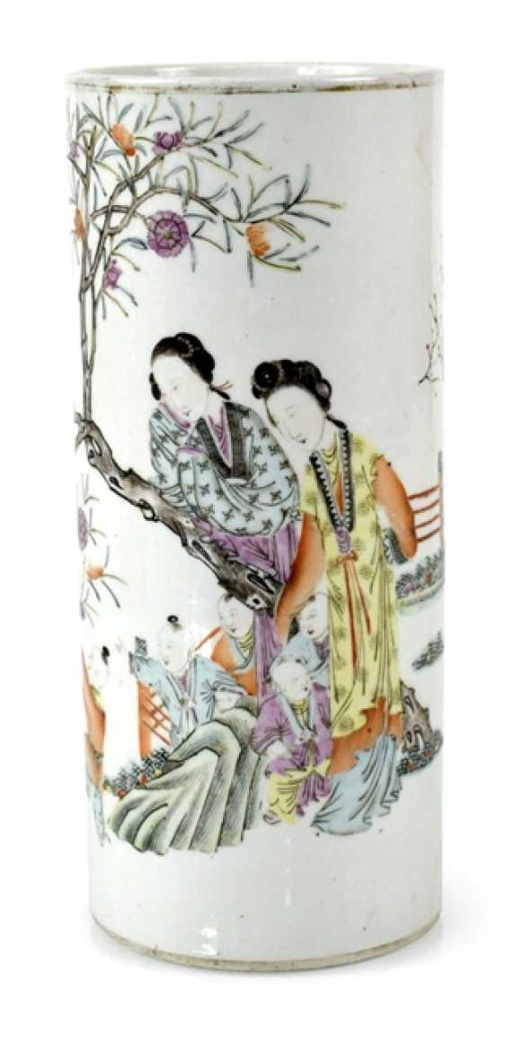 Rouleau Vase in porcelain with decoration of ladies and children - photo 1