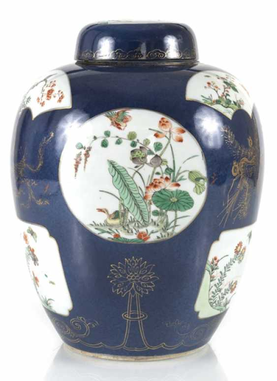 Cover vase with 'Famille verte'decoration on powder blue ground - photo 1