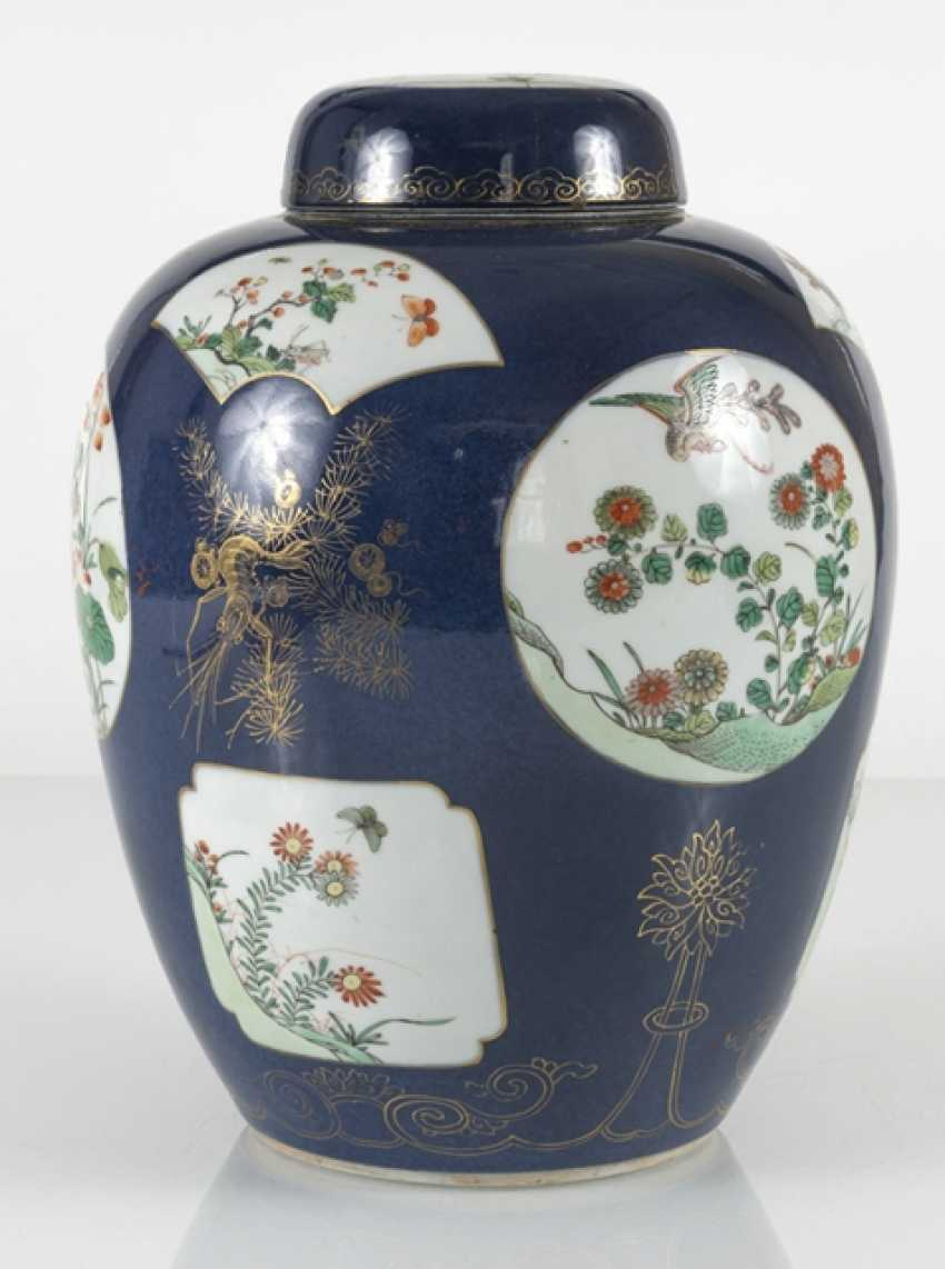 Cover vase with 'Famille verte'decoration on powder blue ground - photo 3