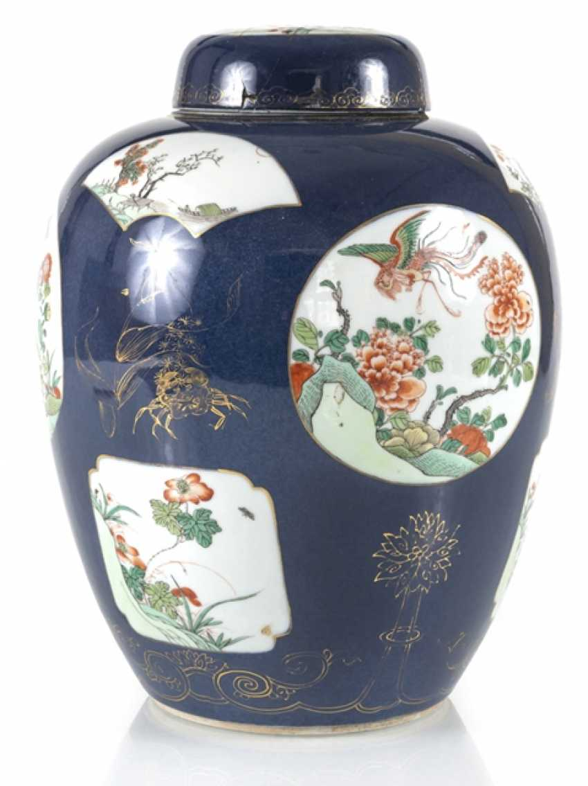 Cover vase with 'Famille verte'decoration on powder blue ground - photo 4
