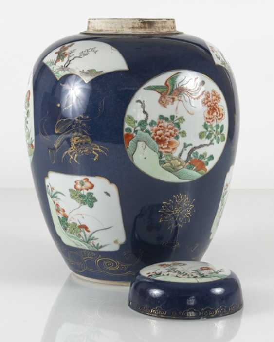 Cover vase with 'Famille verte'decoration on powder blue ground - photo 5