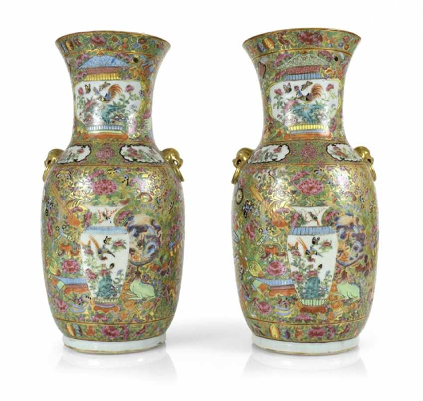 Pair of Canton porcelain vases with Famille rose decor - photo 1