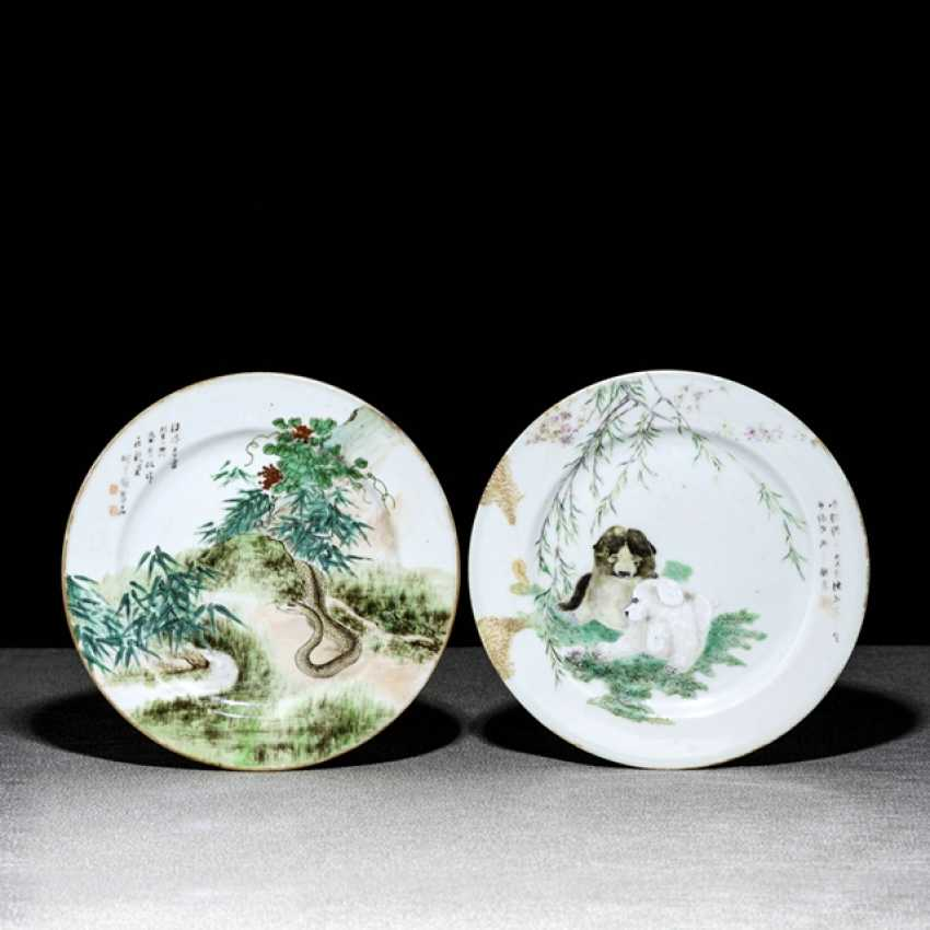 Two plates made of porcelain with animal depictions and inscription - photo 1