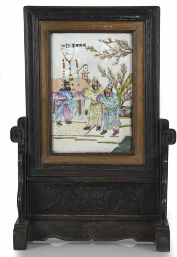 Table control screen made of wood with a polychrome porcelain plaque with scene from the Sanguo Yanyi - photo 1